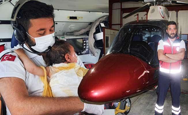 Yanan bebeği helikopter ambulansta hastaneye kadar kucağından indirmedi