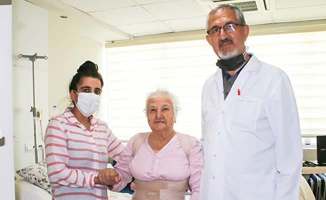 1,5 senedir oturamayan ve yürüyemeyen 78 yaşındaki hasta, Egekent'te ayaklandı