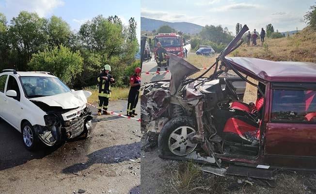 2 otomobilin kafa kafaya çarpıştığı kazada 3 kişi yaralandı
