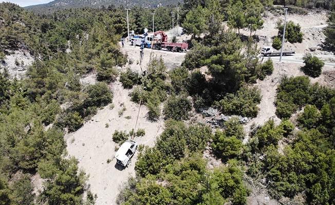 3 kişinin öldüğü kazada hurdaya dönen araçlar uçurumdan çıkartıldı