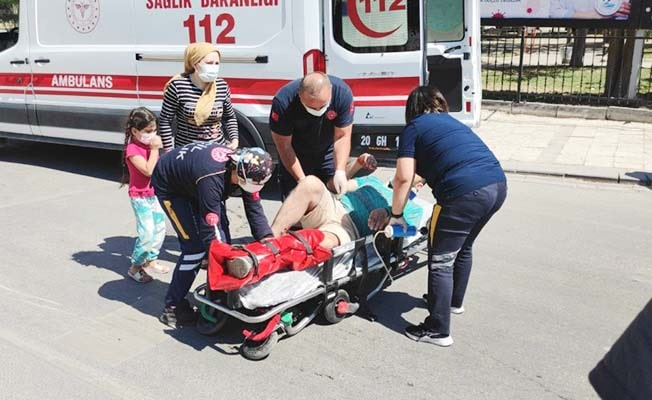 Ayağı kırılan babası tedavi edilirken gözyaşları içerisinde izledi