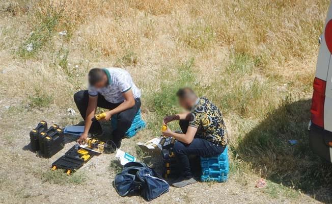 Boş arazide sahte etiket yapıştıran iki satıcı kameralara yakalandı