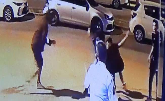 Evlerine giden gençlere laf atıp bıçakla saldırdılar