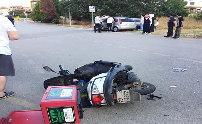 Moto kurye otomobille çarpıştı: 2 yaralı