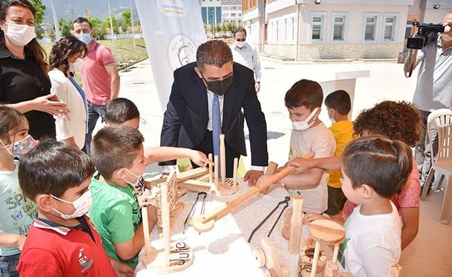 Okul öncesi öğrencileri el yapımı ahşap oyuncaklar ile sevindi