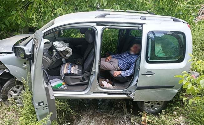 Direksiyon hakimiyetini kaybeden araç dereye düştü