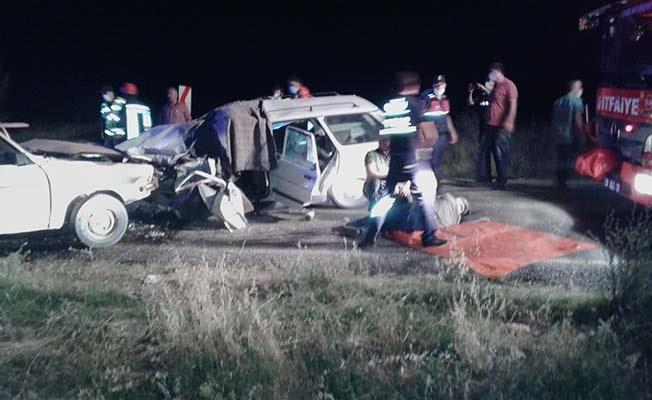2 otomobil kafa kafaya çarpıştı: 1 ölü, 9 yaralı