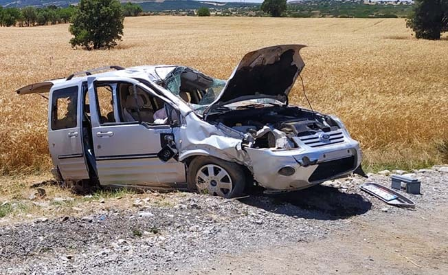 Otomobil refüje çarpıp takla atarak şarampole düştü; 1'i ağır 4 yaralı