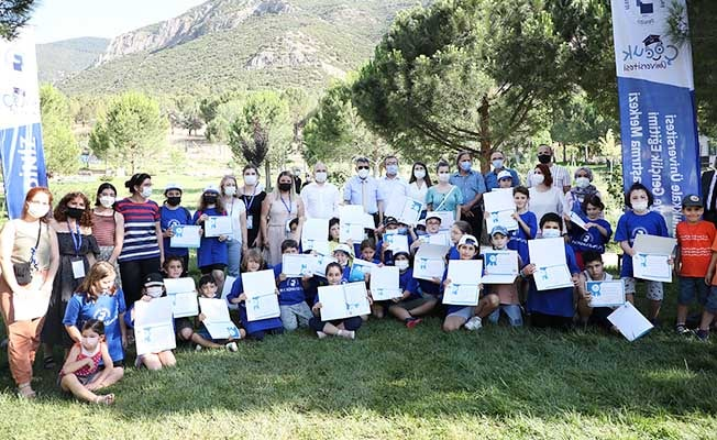 PAÜ Çocuk Üniversitesi öğrencilerine sertifikaları Rektör Kutluhan'dan