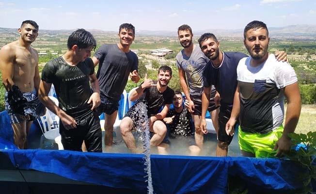 Sıcaklardan bunalan gençler çareyi römorku havuza dönüştürmekte buldu