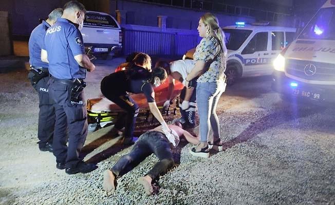Tartıştığı adamın aracını duvara çarptı, bıçakla saldırınca ağır yaralandı