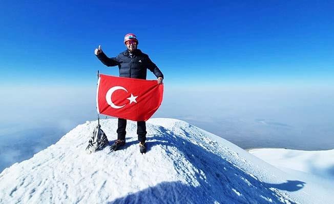 Belgeselden etkilendi; Türkiye'nin en yüksek zirvesine bayrağı dikti