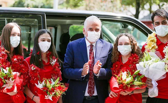 Büyükşehirin altın kızları çiçeklerle karşılandı