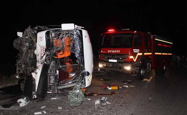 Manisa'da minibüs ile otomobil kafa kafaya çarpıştı: 4 ölü