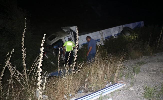Şarampole devrilen kamyonun sürücüsü olay yerinde öldü