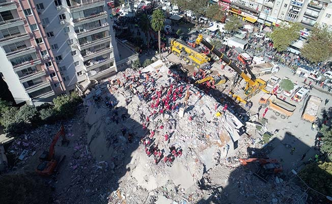 36 kişiye mezar olan Rıza Bey Apartmanı davasında depremzedeler fenalaştı, duruşma ertelendi
