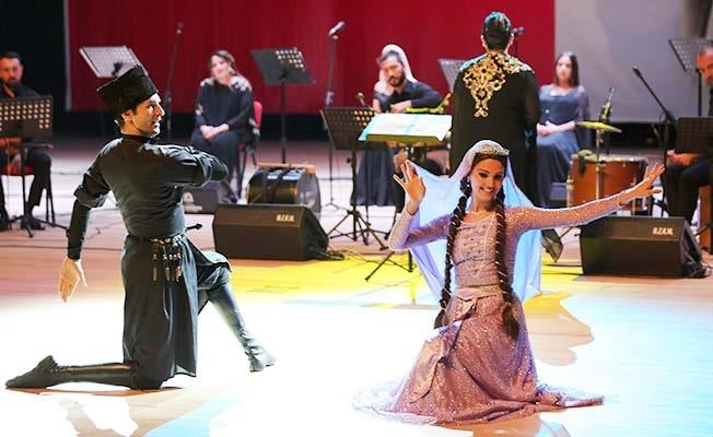 İzmir Devlet Türk Dünyası Dans ve Müzik Topluluğu Denizlilileri büyüledi