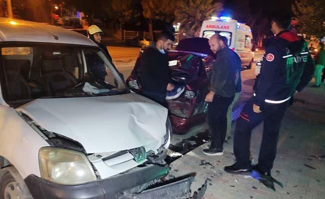 Direksiyon hakimiyetini kaybederek park halindeki araçlara çarpan sürücü ağır yaralandı