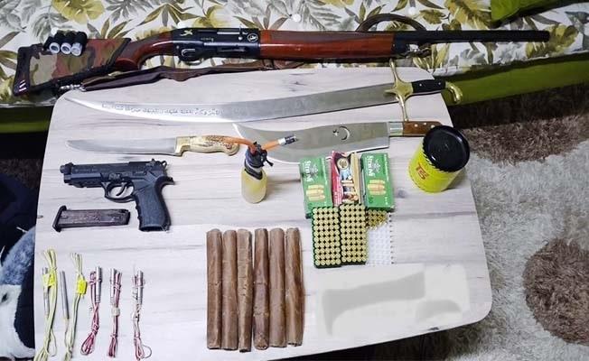 Ruhsatsız silah için giden ekipler patlayıcı madde buldu