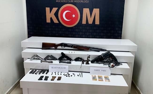 Sahte para ve kaçak silahla yakalandı