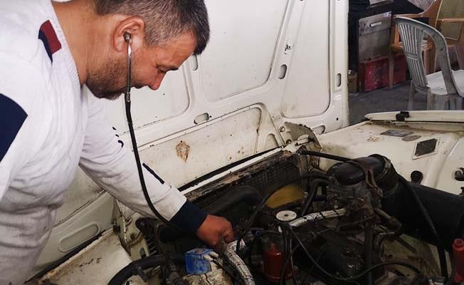 Stetoskoplu oto tamircisi görenleri şaşırtıyor