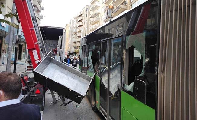 Yük asansörü, yolcu dolu halk otobüsüne çarptı: 1 yaralı
