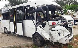 Öğrenci servisi ile otomobil çarpıştı: 14 yaralı
