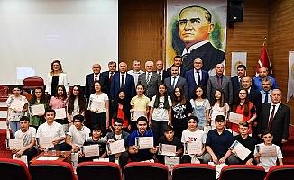 Vali Karahan'dan LGS'de tam puan alan öğrencilere ödül