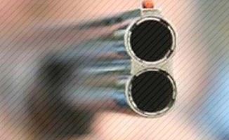 2 kişiye 4 el ateş etti silahını bırakıp kaçtı