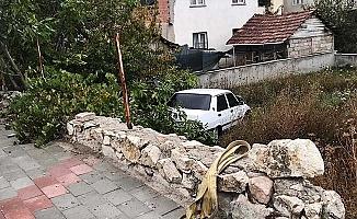 Alkollü sürücü aracıyla bahçeye uçtu