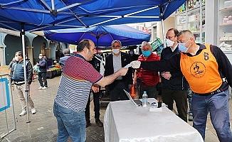 Pamukkale Belediyesi pazar yerlerinde maske dağıttı