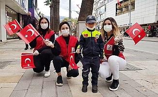 Genç Kızılay üyeleri Türk Bayrağı dağıttı