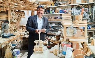Atık odunlardan yaptığı geleneksel oyuncakları çocuklara hediye ediyor