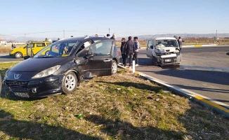 Kavşakta 2 otomobil çarpıştı: 5 yaralı
