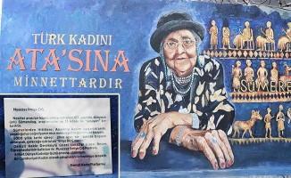 5 kadın öğretmen 107 yaşındaki Sümerolog Muazzez İlmiye Çığ'ın resmini duvara nakşetti