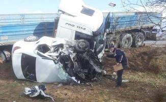 Hatalı sollama yapan tır karşıdan gelen otomobili ezdi: 1 ölü, 1 yaralı