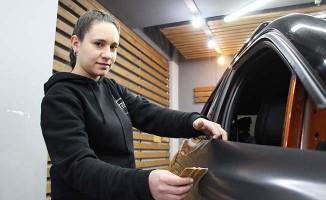 Türkiye'deki tek kadın kaplamacı lüks araçlara estetik katıyor