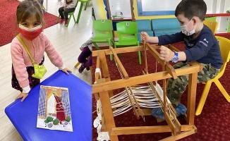Çocuklar 'Kaplumbağa Terbiyecisi'ni Buldan beziyle işledi