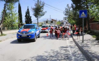 Pamukkale'de 23 Nisan konvoyu çocukların bayram sevincine ortak oldu