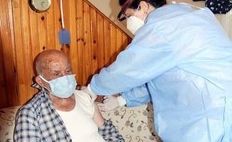 94 yaşında koronavirüsü atlatıp aşı oldu