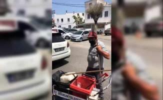 Çöpleri dans ederek toplayan temizlik işçisi süpürgesiyle şov yaptı