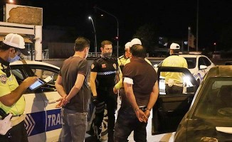 Sokağa çıkıp alkollü otomobil kullanan ehliyetsiz ve aranan sürücü ile arkadaşlarına 20 bin 350 TL ceza