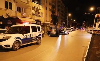 Kısıtlamada polislerin 'dur' ihtarına uymayan ehliyetsiz sürücü kaza yaptı