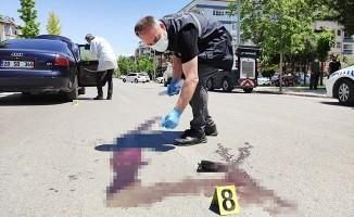 Yaya geçidinde aracın çarptığı genç kız 40 metre öteye fırladı