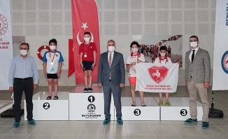 Büyükşehir yüzme yarışlarına ev sahipliği yaptı