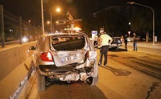 Otomobile arkadan çarpan motosikletteki 2 kişi ağır yaralandı