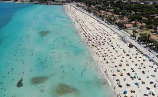 Çeşme'de nüfus 1 milyonu aştı; plajlardaki kalabalık havadan görüntülendi