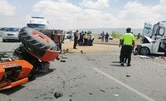 Otomobil buğday yüklü traktörle çarpıştı: 6 yaralı
