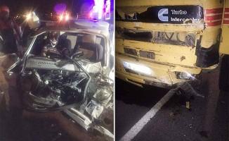 Otomobil karşı şeride geçip kamyonla kafa kafaya çarpıştı: 1 yaralı