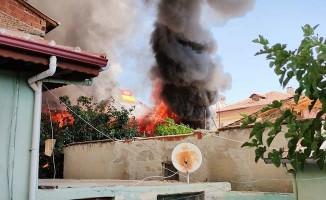 Tinercilerin ateşe verdiği iddia edilen ev yangınında mahallede faciadan dönüldü